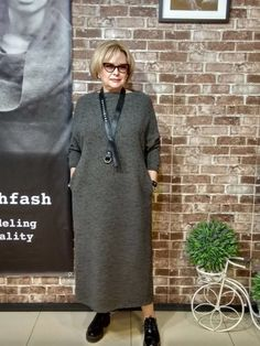 Neck too high for me Mature Fashion, Over 50 Womens Fashion, Fashion Over 50, Modest Fashion, Plus Size Fashion, Fashion Dresses, Fashion Looks, Costura Fashion, Hijab Style Dress