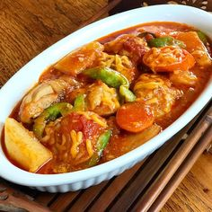 Chicken Afritada is a popular and a well-loved Filipino dish. This famous dish is Filipino-Spanish inspired where chicken and vegetables are stewed in tomato sauce. Chicken Afritada is easy to make using simple ingredients. New Chicken Recipes, Pork Recipes, Filipino Dishes, Filipino Food, Chicken Afritada Recipe, Filipino Christmas Recipes, Beef Mechado, Parmesan Crusted Chicken, Complete Recipe