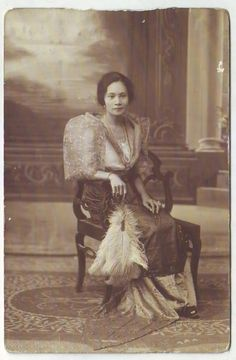 vintage everyday: 24 Charming Photo Postcards of Philippine Girls in Traditional Dresses from between Philippines Fashion, Philippines Culture, Miss Philippines, Philippines People, Philippine Art, Philippine Women, Anxiety In Children, Poor Children, Filipino Fashion
