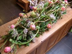 kistbedekker Table Flower Arrangements, Funeral Flower Arrangements, Funeral Flowers, Table Flowers, Green Funeral, Casket Flowers, Funeral Sprays, Grave Decorations, Woodland Flowers