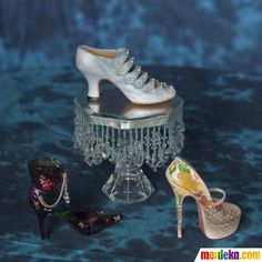 Blue Promenade, sepatu biru yang terletak di tengah itu, adalah sepatu paling mahal yang ada di koleksi sepatu Darlene. Harganya mencapai USD 1.800 (atau sekitar Rp 17 juta).