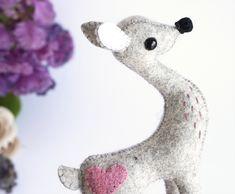 Bambi Muñeco, Bambi Fieltro, Escultura Bambi, Waldorf, Hecho a Mano, Regalo para Ella, Dadanoias, Bambi Figura, Bambi Amor, Muñeco Mágico