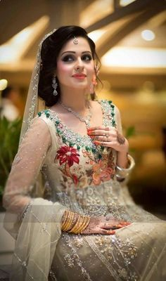 48 Stylish Wedding Hairstyle Ideas For Indian Bride - VIs-Wed Pakistani Bridal Wear, Pakistani Wedding Dresses, Indian Dresses, Bridal Dresses, Desi Bride, Desi Wedding, Wedding Wear, La Bayadere, Asian Bridal