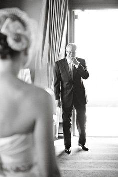 De eerste keer dat de vader van de bruid zijn dochter ziet, mooi moment!