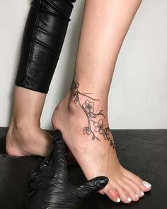 25 Awesome Foot Tattoos for Women - Ankle Tattoo Designs Vine Tattoos, Tattoos Skull, Large Tattoos, Trendy Tattoos, Body Art Tattoos, Sleeve Tattoos, Tattoos On Foot, Celtic Tattoos, Temporary Tattoos