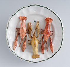 Dísztányér - folyami rákokkal Kuny Domokos budai fajansz manufaktúra XVIII. sz. vége Shrimp, Ceramics, Meat, History, Food, Ceramica, Pottery, Historia, Essen