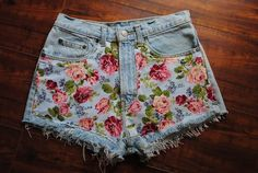 """well some girls might not like the floral shorts but it's a matter of """"taste"""" . and also don't like floral shorts (because i hate flowers) but this one is . Vintage Denim, Vintage Floral, Vintage Flowers, Vintage High Waisted Shorts, Vintage Shorts, Vintage Outfits, Flower Shorts, Floral Denim, Denim Flowers"""