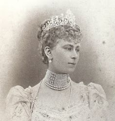 Mary of Teck, Princess of Wales (later Queen consort of King George V), wearing the Some Ladies of England Tiara, United Kingdom pearls, diamonds). A wedding gift to Queen Mary. Royal Tiaras, Tiaras And Crowns, Queen Mary Of England, Lovers Knot Tiara, Eugenie Of York, Duchess Of York, Diamond Tiara, Royal Jewelry, Princess Mary