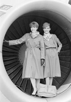 Presentatie van een nieuw stewardess-uniform / Presenting the new stewardess uniform