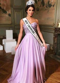Algumas inspirações belíssimas do Les Bonnes Fées, Charity Gala, em Paris. Começando pela Miss Universo, Iris Mittenaere, de vestido lilás floral/liso.✨ #glamourous #irismittenaere #fashionstyle #inspiration #lesbonnesfees #charitygala #paris
