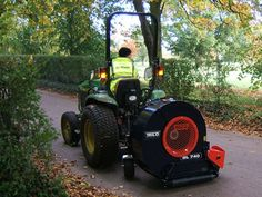 Trilo Blower A compact blower with a large capacity. The Trilo Blower can be fitted to the rear of a tractor, both cat 1 and Golf Green, Landscaping Company, Lawn Mower, Tractors, Outdoor Power Equipment, Compact, Monster Trucks, Canning, Cats