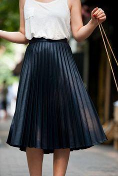 jupe longue plissée noire, top blanc femme