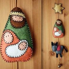 Artesanato de Natal (Fotos, Dicas, Passo a Passo) Diy Nativity, Christmas Nativity, Felt Christmas, Christmas Crafts, Arte Country, Felt Decorations, Scroll Saw, Felt Art, Felt Ornaments