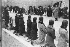 by Santos-YuberoMujeres rezan en el hospital de la Santa Cruz ySan Pablo de Barcelona, 1932