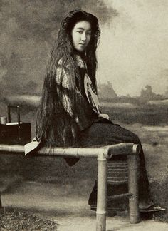Geisha with hair down. Photo taken about 1900 in Tokyo, Japan, by photographer Kazumasa Ogawa Japanese Geisha, Japanese Beauty, Vintage Japanese, Japanese Art, Vintage Pictures, Old Pictures, Old Photos, Japanese History, Japanese Culture