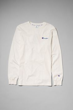 The Stretch Long Sleeve by Champion is an effortless piece featuring the iconic brand s logo embroidered at the front and printed at the back. Made of a so