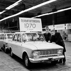 Первый автомобиль «Москвич-408» 1970-го года сходит с конвейера, 1970 год, г. Москва