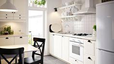 Cocina con frentes de cajón y puertas KROKTORP en blanco y armarios en blanco.