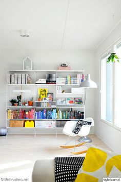 olohuone,värikäs,mustavalkoinen,moderni,iloinen,kodikas,kirjahylly,keinutuoli,eames,rar,string,string system,hylly,lukuvalo,lukunurkkaus,vih... Bookshelves, Bookcase, Scandinavian Shelves, Bunk Beds For Boys Room, String Shelf, Shelf Inspiration, Living Spaces, Living Room, Wooden Shelves