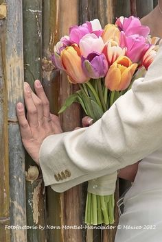Ramo de tulipanes de colores #tipstubodaenpavoreal www.pavorealdelrincon.com.mx
