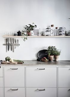 Top 10 – The most chic kitchen spaces this summer can have - Daily Dream Decor Kitchen Buffet, Grey Kitchen Cabinets, New Kitchen, Kitchen Dining, Kitchen Decor, Compact Kitchen, Kitchen Small, Grey Kitchens, Home Kitchens