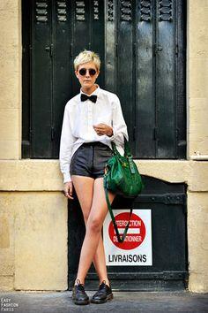 モノトーンの服にクラシックな深めのグリーンのハンドバッグ。コーデ・スタイル・ファッション☆