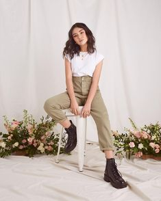 Oufits Casual, Casual Outfits, Cute Outfits, Sophie Giraldo, Black Boots Outfit, Harem Pants, Khaki Pants, Poses, Bell Bottoms