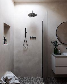 Particulièrement résistant à l'humidité, il n'est pas rare de retrouver le tadelakt en salle de bain. Il orne les parois des cabines de douche pour y apporter de la lumière et de la douceur. Tadelakt, Door Handles, Doors, Home Decor, Cement Render, The Heat, Big Windows, Shower Enclosure, Door Knobs