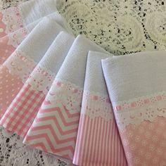 5 Pano Prato Barra Azul Turquesa e branco com Bico no Baby Sewing Projects, Sewing Hacks, Sewing Crafts, Diy Crafts, Baby Girl Quilts, Girls Quilts, Bed Cover Design, Cushion Embroidery, Bathroom Towel Decor