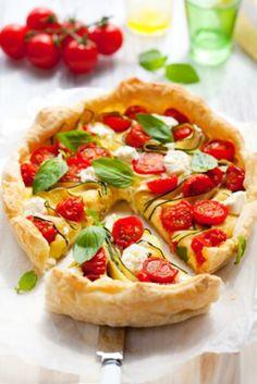 """750g vous propose la recette """"Tarte au Chavroux, tomates et courgettes"""" publiée par Anne-Charlotte - 750 Grammes."""