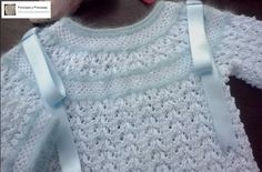 Perle blanco con angora azul Knitting For Kids, Baby Knitting, Baby Feet, Baby Sweaters, Knit Cardigan, Baby Dress, Crochet Top, Knitting Patterns, How To Make
