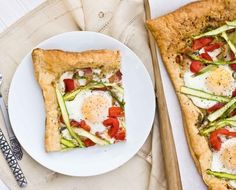 A lovely asparagus pesto breakfast tart - perfect for that lazy spring brunch. Get the recipe right here on Honest Cooking. Breakfast Tart Recipe, Easter Breakfast Recipes, Savory Breakfast, Easter Brunch, Brunch Recipes, Brunch Ideas, Breakfast Time, Breakfast Ideas, Brunch Menu