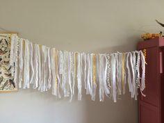 DIY Kanten slinger. Verschillende lengtes lint, kant en repen stof en kanten ikea gordijn. Knopen om een lijn en klaar! :) Ook mooi als decoratie op bruiloft.