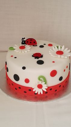 Cake Decorating Frosting, Cake Decorating Videos, Cake Decorating Techniques, Birthday Cake Decorating, Ladybird Cake, Cake Designs For Girl, Ladybug Cakes, Beautiful Birthday Cakes, Spring Cake