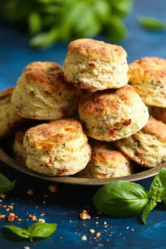 Sun Dried Tomato Parmesan Biscuits - These savory biscuits are simply irresistible! Warm, flaky, buttery and packed with so much flavor from the sun dried tomatoes, fresh basil, and Parmesan cheese. Biscuit Bread, Biscuit Recipe, Savoury Biscuits, Savory Scones, Tea Biscuits, Dried Tomatoes, Sun Dried Tomato Bread, Snacks Für Party, Baking Recipes
