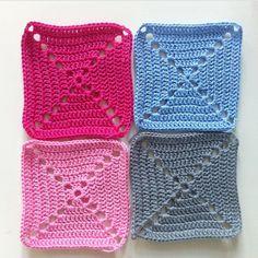 Bliver tit spurgt på min instagram profil, hvor meget garn man skal bruge til de forskellige tæpper, jeg har hæklet. Plejer at svare at det jo kommer an på hæklefasthed, mønster og garn, men tænkte jeg lige ville dele med jer hvordan jeg beregner hvor meget garn jeg skal bruge til de forskell....