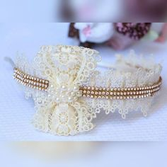 White and Gold with Flower Headband Diy Hair Bows, Girls Hair Accessories, Bridal Accessories, Wedding Jewelry, Baby Kind, Hair Ornaments, How To Make Bows, Handmade Flowers, Ribbon Bows