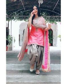 Punjabi Fashion, Indian Fashion Dresses, Dress Indian Style, Indian Designer Outfits, Indian Outfits, Patiala Suit Designs, Kurta Designs Women, Kurti Designs Party Wear, Fancy Dress Design