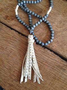 lange Kette, Holz , Lederquaste, graublau von moanda auf DaWanda.com
