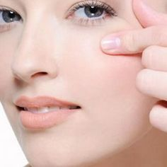 Lack of Vitamin E and some anti-oxidants in skin can cause wrinkles before old age. Try out some healthy home remedies if you are suffering from wrinkles. Eye Stye Remedies, Home Remedies For Wrinkles, Natural Remedies, Sunken Eyes, Under Eye Wrinkles, Skin Serum, Best Oils, Tips & Tricks, Puffy Eyes