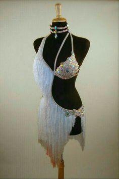 Vestuario elegante,blanco con pedrería. Salsa