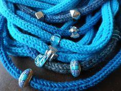 particolare di scaldacollo-collana realizzato in lana con la tecnica del tricotin