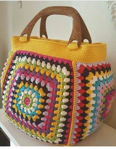 Put those crochet granny squares from odd wool balls to great use with this insp. Crochet Purse Patterns, Crochet Tote, Crochet Handbags, Crochet Purses, Crochet Crafts, Crochet Projects, Knitting Patterns, Diy Crochet, Crochet Squares