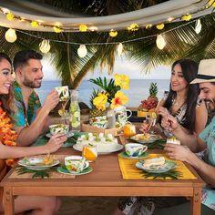 """Ein Kaffeekränzchen ist die perfekte Gelegenheit, um den Tropical-Trend """"aufzutischen"""". Vom Geschirr mit tropischen Motiven über bunt gefärbte Tischsets aus Stäbchenholz bis zu geflochtenen Serviertabletts taucht man zu Eiskaffee und Kuchen in die fröhliche Welt von Caribbean Feeling ein. Daiquiri, Mojito, Bunt, Caribbean, Table Settings, Table Decorations, Feelings, Home Decor, Pina Colada"""
