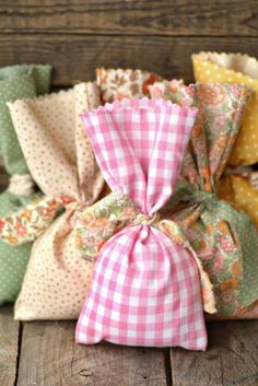 Creative: Eleven Adorable Craft Projects In case you'd rather IRON! > Easy No-Sew DIY Favor Bags via Intimate Weddings