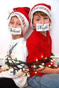 zwei Jungen sind mit einer Lichterkette festgebunden   lächerliche Weihnachtsfotos