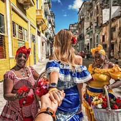 Murad Osmann: 🇨🇺Havana with Cuban women in national dresses are the symbols of Havana . Cuba Outfit, Murad Osmann, Cuban Women, Cuba Pictures, Cuba Fashion, Cuba Photography, Caribbean Culture, Havana Nights, Cuba Travel