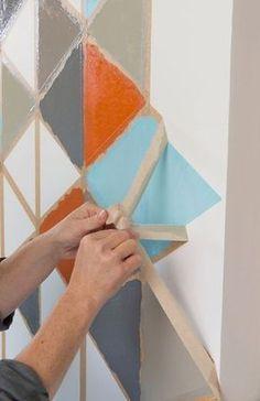 Etape 5 : retirer le ruban de masquage - Créer une décoration murale graphique - CôtéMaison.fr
