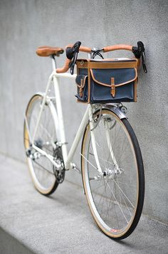Fast Boy Cycles Randonneur with Berthoud handlebar bag. Photo Velo, Pimp Your Bike, Vw Minibus, Velo Retro, Retro Bike, Bicycle Basket, Carbon Road Bike, Cycle Chic, Bike Bag