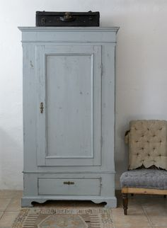 Vackert grå/turkost klädskåp